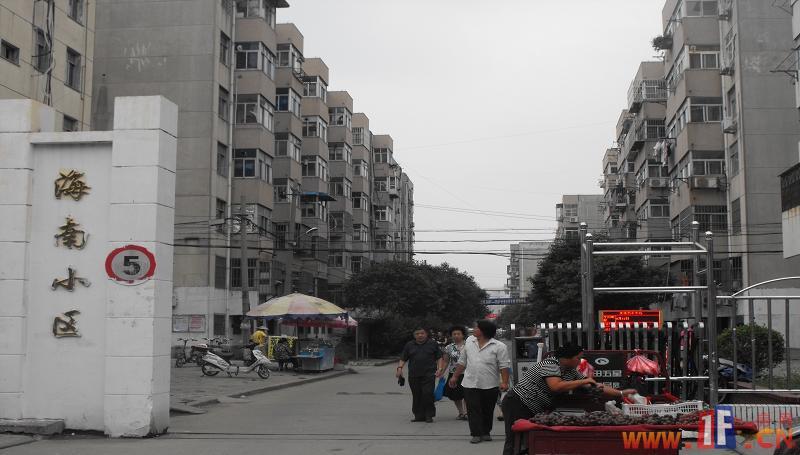 海南小区海南小区正大门,图片中可以见得,该小区已为成熟社区,门口街道生活便利店一应俱全。