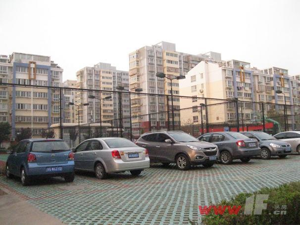 海连新天小区内地面停车场、室外篮球场