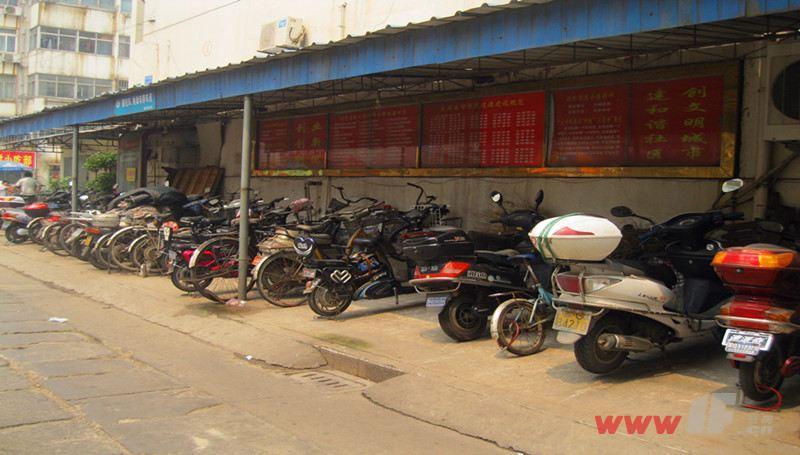 中华新村小区内停车场