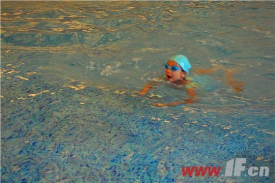 """聚集在四季金辉[社区]游泳馆内的,不仅有参赛孩子的家庭,而且还吸引来了许多购房者前来观看并送出鼓励。比赛结束后,30多个宝宝陆续在四季金辉[社区]的游泳池里欢快地扑腾。众多在旁围观的家长,每个人拿起手中的照相工具,捕捉妙趣横生的镜头。孩子们也配合着摆一下搞怪的姿势,一些细节与花絮更是令人忍俊不禁。少儿游泳大赛为其高端客户提供了撮合商机的平台,增进了客户亲子关系,为小朋友铸就了快乐假期,真正实现了""""不仅关怀事业,还在呵护家庭""""的承诺。"""