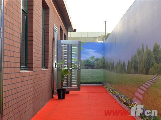 观澜尚城[社区]首次公开的是三室两厅一卫D户型,建筑面积约99.11。样板间还未正式公开前,笔者就有幸提前参观了样板房。从项目售楼处后门步入样板房示范通道,一尘不染的红色地毯全然看不出前段时间的施工迹象,地毯两边的绿色盆栽和建材展示可看的出项目的用心良苦(温馨提示:看房请穿好鞋套)。当到达样板区,首先映入眼帘的是简欧式的外立面,据项目负责人介绍,这种哈弗红的色调就是高层住宅的外立面。样板区另一边则是以蓝天、白云、田野为主题的背景墙,让我们感觉就像置身于大自然的怀抱中。