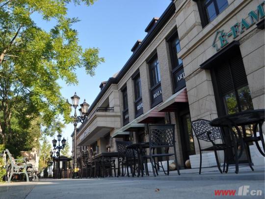 商铺处于小区主入口,在城市主干道东方大道和花果山
