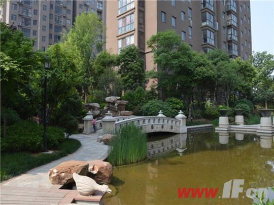 景观墙、水景桥、亲水木平台、青铜喷水雕塑等环布四周,形成了自然