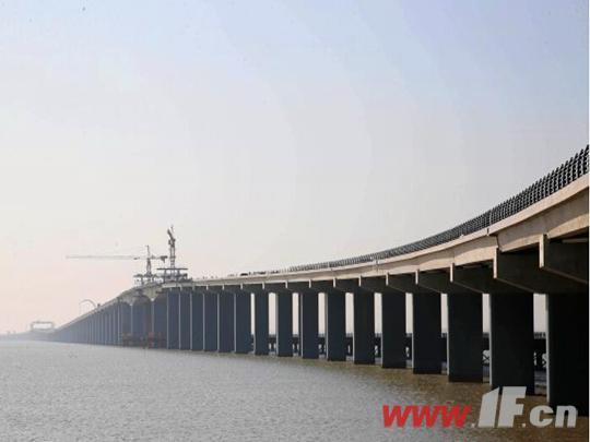 """海滨大道跨海大桥一直是海滨大道建设的""""点睛之笔"""",起自高公岛,止于烧香河闸,全长4.836公里,设计速度为60公里/时,工程总投资约15亿元,从2013年7月开始进场施工,历时近三年,目前施工方正在进行工程扫尾。 跨海大桥工程部部长 唐寅:就主要剩下一个标识标线的涂画,还有路灯监控的调试,还有就是泄水钢管的安装,剩下的预计在一个星期之内可以全部完成。 在跨海大桥上,施工方专门为游客赏景设置了一个观景平台,采用的是防滑路面的形式,在确保美观的同时,也保证游客赏景的安全。 记者:我现"""