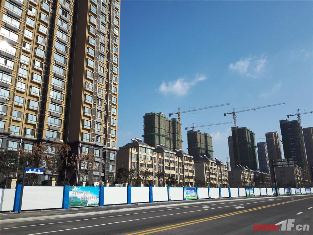 港利·锦绣江南道路边上的项目整体