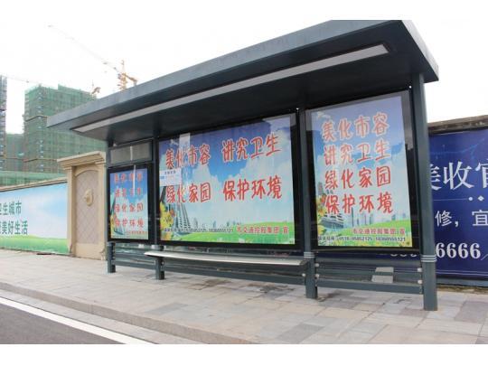 小区门口的公交站台