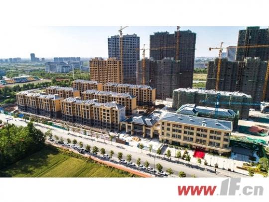 天气渐热,东盛·阳光新城的工地上一片生机盎然,家的建设正热火朝天的进行着,繁忙却又井然有序。