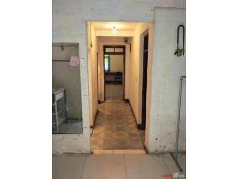 新海中学和苍梧小学学区房150平方126万 此价格是一楼带