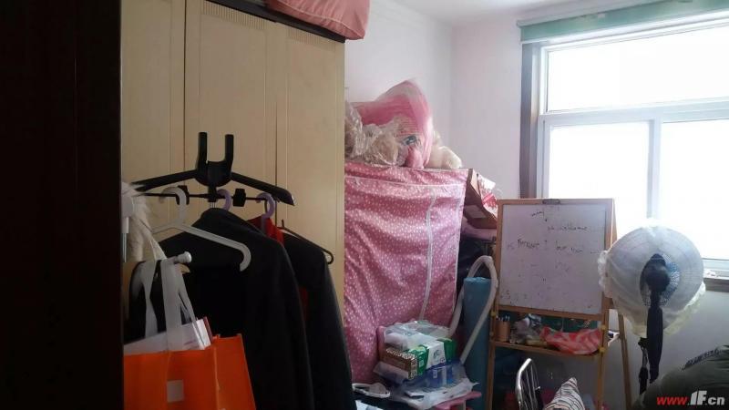 卧室图片说明(限10个字),该房源位于中房新天地,中房新天地三房二厅,精装修一楼楼下是车库。有车库