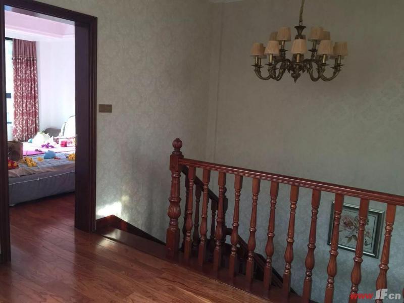 卧室图片说明(限10个字),该房源位于香溢·江南,香溢江南的空中别墅,豪华装修。共三层。 送25平方车