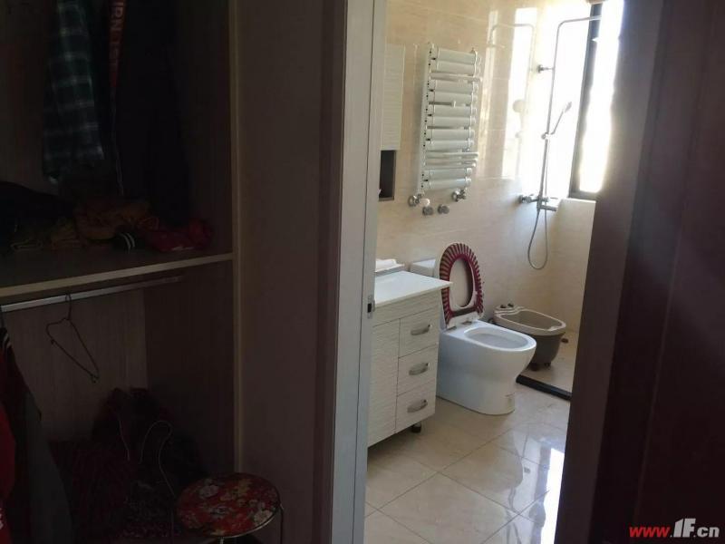 卫生间图片说明(限10个字),该房源位于香溢·江南,香溢江南的空中别墅,豪华装修。共三层。 送25平方车