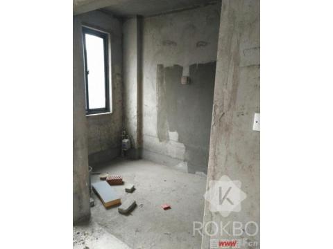 此房使用面积达300平左走,上下复试,也可分为两套房