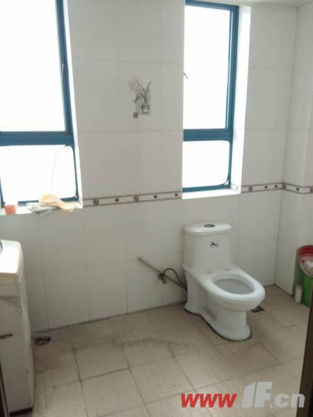 卫生间图片说明(限10个字),该房源位于金鼎湾,三室两厅中装  两室朝南 采光极好 户型端正 视野开拓