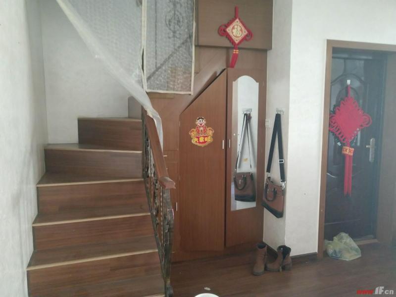 客厅图片说明(限10个字),该房源位于新海花园,新海花园多层6楼带阁楼!送7平车库!